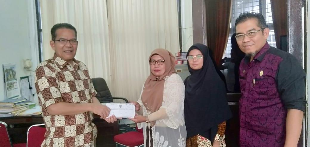 penyerahan hadiah lomba transparansi dana desa tahun 2019